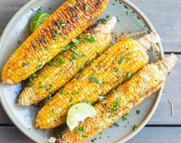 Grilled corn on the cob with spicy vegan crema