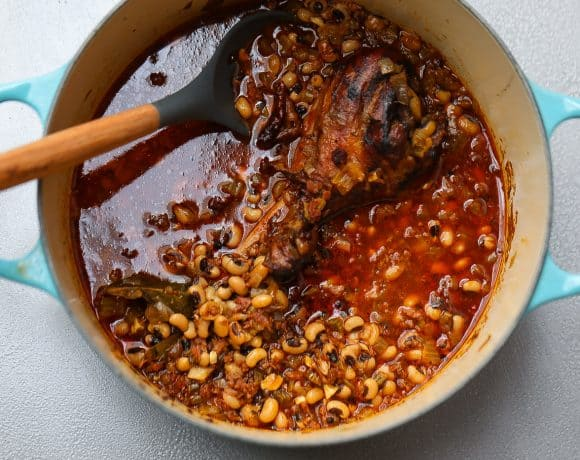 blackeyed peas in a pot with smoked turkey leg